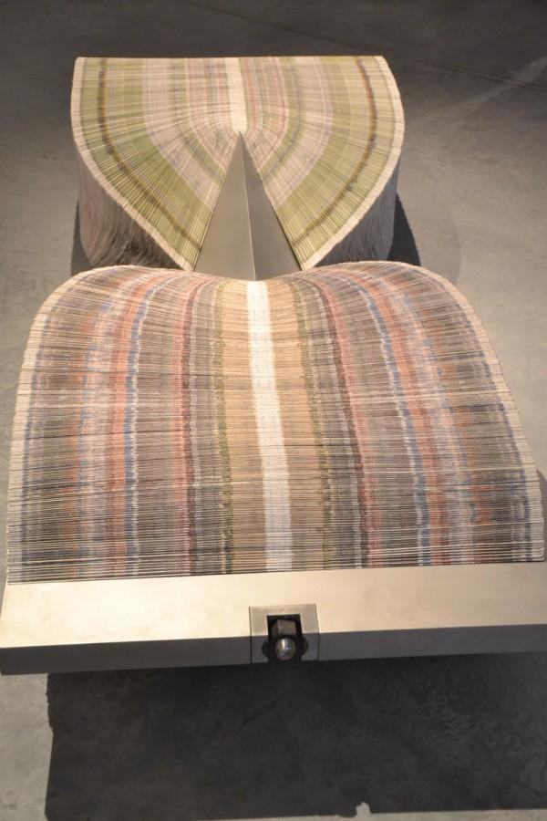 Des plis de papier déferlent sous la contrainte de l'acier. Cellulose et fer depuis la nuit des temps!