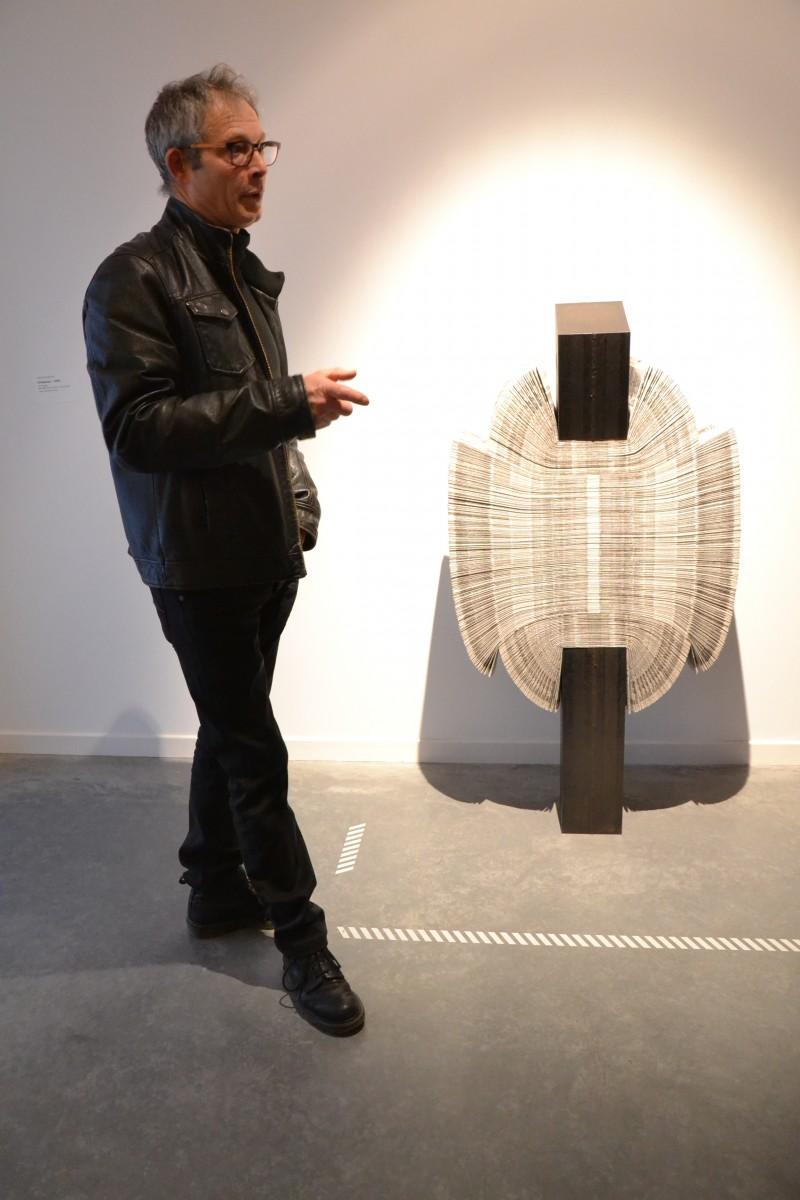 Vincent Gontier devant une de ses oeuvres