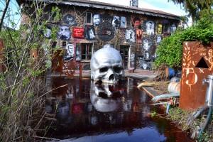 Partout des galeries de portraits et une mort qui baigne dans le marais...