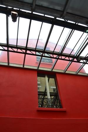 Une fenêtre pour apercevoir les oeuvres