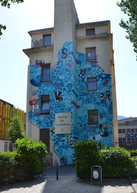 Sur la façade de la maison des associations.