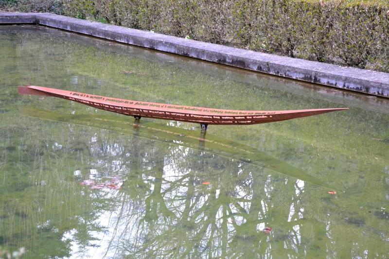 Fine, élancée, cette pirogue d'acier semble planer sur l'eau du bassin aux eaux tranquilles...