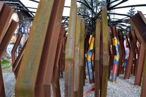 Labyrinthe pénétrable de poutrelles d'acier ou défense d'approcher...