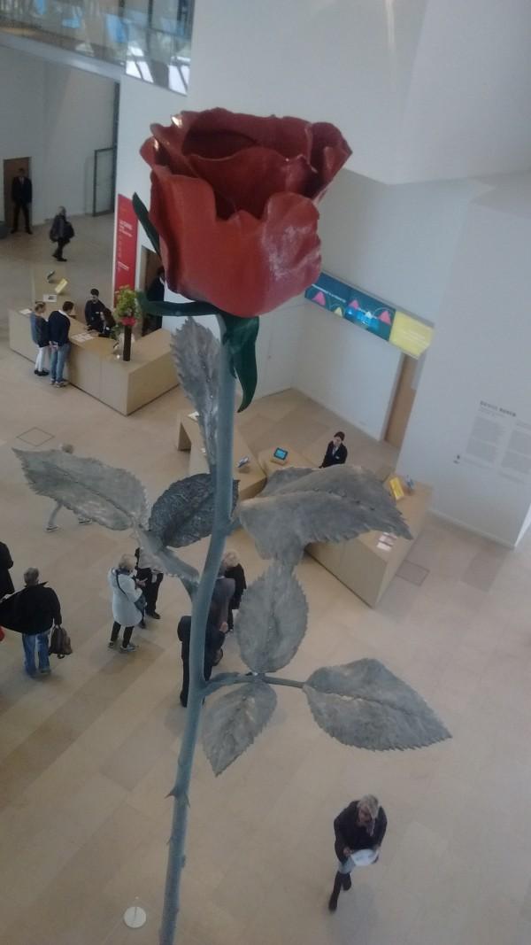 """Gigantesque """"Rose"""" dans le hall de la Fondation"""